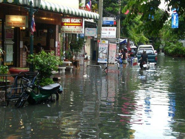 Le inondazioni fermano il secondo aeroporto di Bangkok