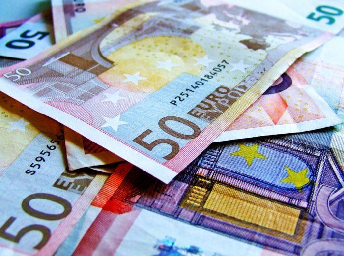 Stipendio, addio pagamento in contanti