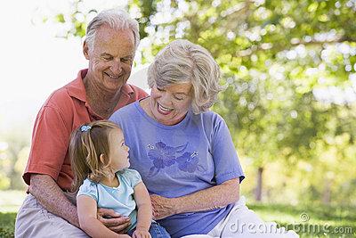 Immagine dei nonni con il nipotino. La Festa dei nonni si festeggerà il 2 Ottobre