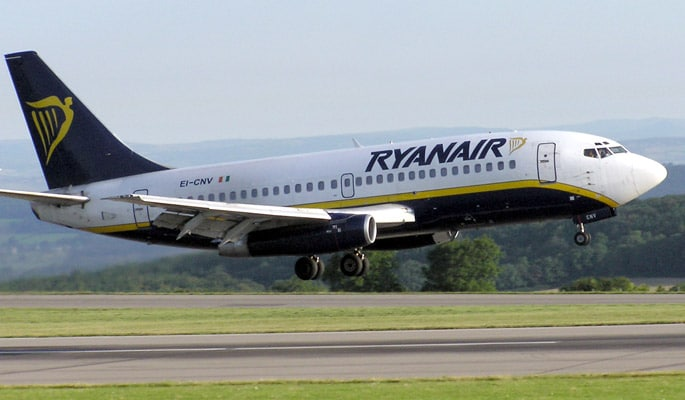 Ryanair, del nastro adesivo usato per sigillare un vetro