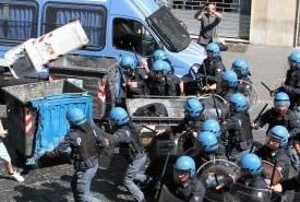 Napoli: scontri tra manifestanti e polizia durante il vertice italo-tedesco