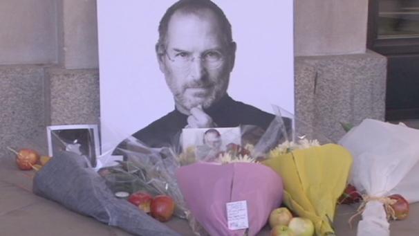 i fan di Apple lasciano fiori e messaggi in memoria del CEO